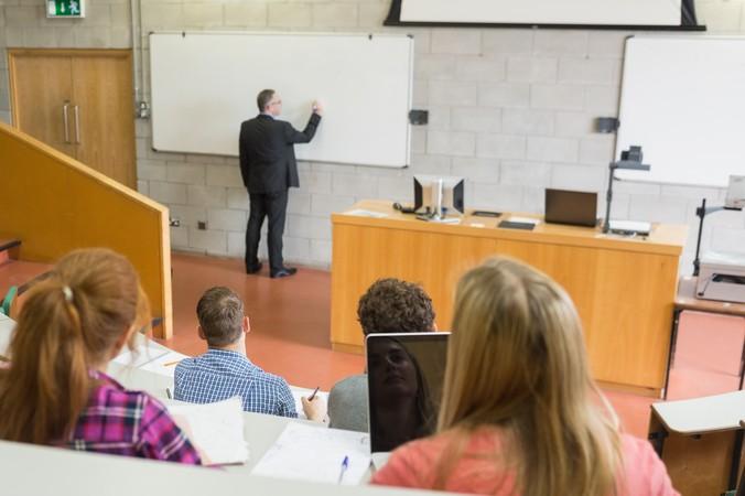 Im Idealfall bringt der Bewerber für die Investmentbanker Ausbildung einen Abschluss aus einem wirtschaftswissenschaftlichen Bereich mit. (#2)