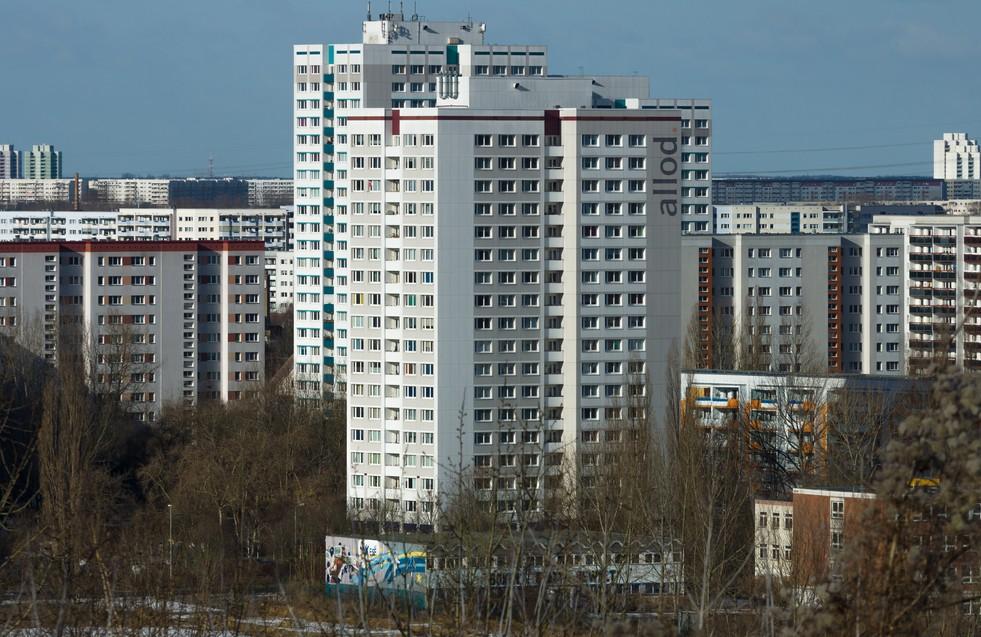 Der Plattenbau hält den Quadratmeterpreis niedrig. Wer in Berlin Mieten von unter 9,00 Euro zahlen will, hat hier in Marzahn gute Chancen. Die Nachfrage ist vergleichsweise niedrig. Es zieht die meisten Mieter doch in die attraktiveren Stadtviertel - trotz der höheren Mietpreise. (#2)