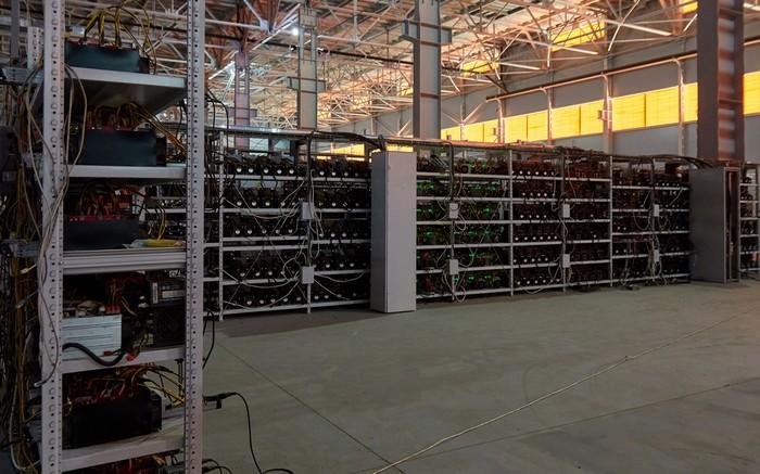 In den Bitcoin Mining Farmen in Venezuela stehen oftmals Hunderte von Bitcoin Mining Rigs. Der Stromverbrauch ist enorm und der Einsatz der BitCoin Mining Rigs ist deshalb in Gebieten mit subventioniertem Wohnraum verboten (Foto: shutterstock - Nikiforaw77)